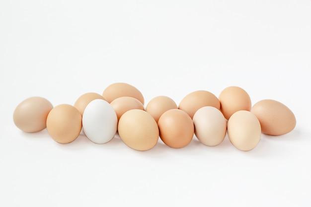 茶色の卵の白い背景のグループ。イースター休暇の準備をします。