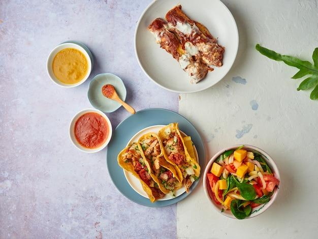 Мексиканские тако с соусами и салатом