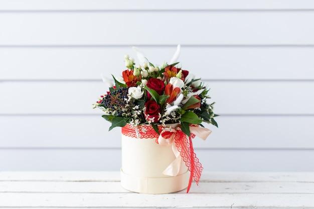 Красивый букет красивых цветов. работа флориста. доставка цветов