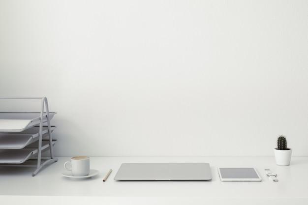 Офисный стол, на котором ноутбук, кофе, планшет,