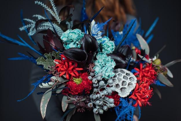 Красивый букет из смешанных цветов с пионами.
