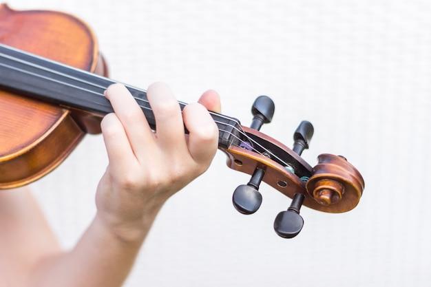 バイオリンを持つ手