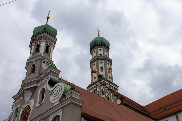 Фасад аббатства святого ульриха и афры в аугсбурге, бавария, германия. долгая история монастыря и базилики.