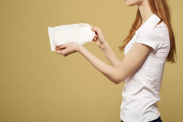 Женщина с блокнотом в руках, гигиенические прокладки, женские дни