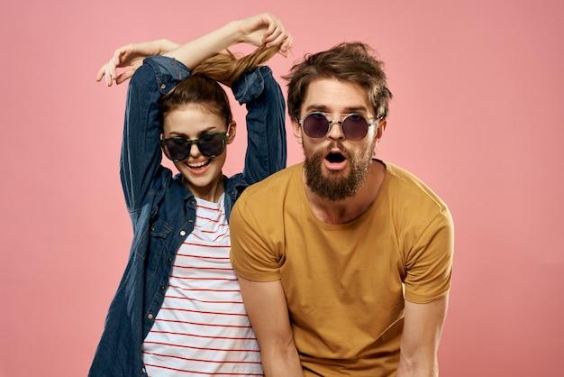 陽気なカップルの男性と女性のウクレレ、ピンク色の空間のライフスタイル