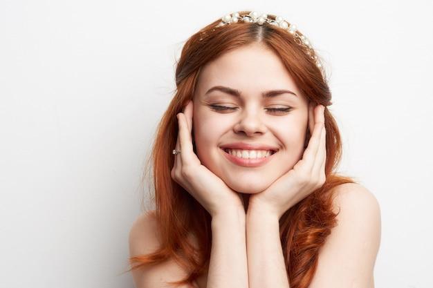 Портрет красивой молодой женщины с ювелирными изделиями