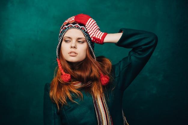冬の面白い帽子の女