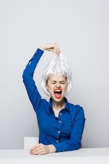 Красивая женщина модель позирует разные эмоции. светлый парик