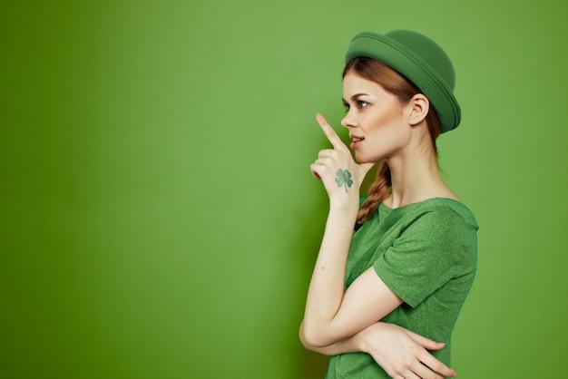 緑の女性、聖パトリックの日、緑の四つ葉のクローバー