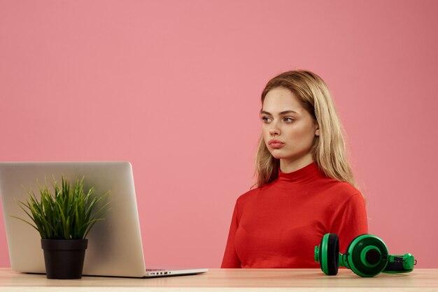 Скучно женщина ищет ноутбук