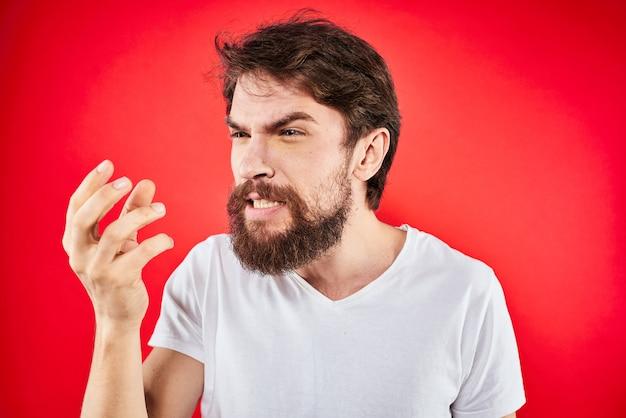 ひげを生やした若い男の怒り