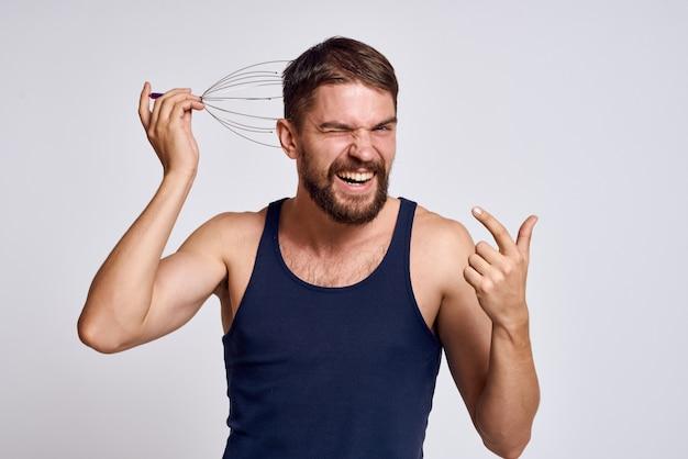 Мужчина дома делает массаж тела и головы, расслабление мышц