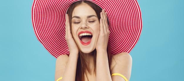 Стройная красавица готовится к отпуску и собирает чемодан, желтый чемодан, шапочку для купальника, образ для отдыха, студия