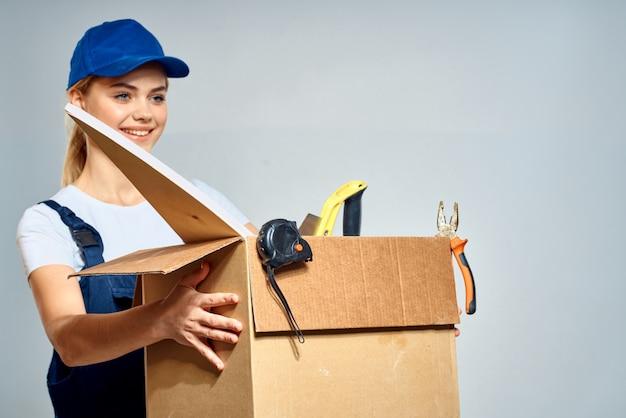 Женщина в специальной одежде доставляет мужчина и грузчик бесконтактным курьером