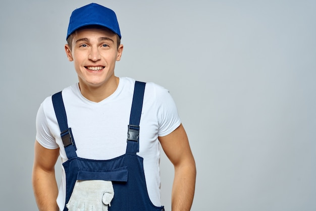 Мужской строитель в специальной одежде строитель и вызов ремонт