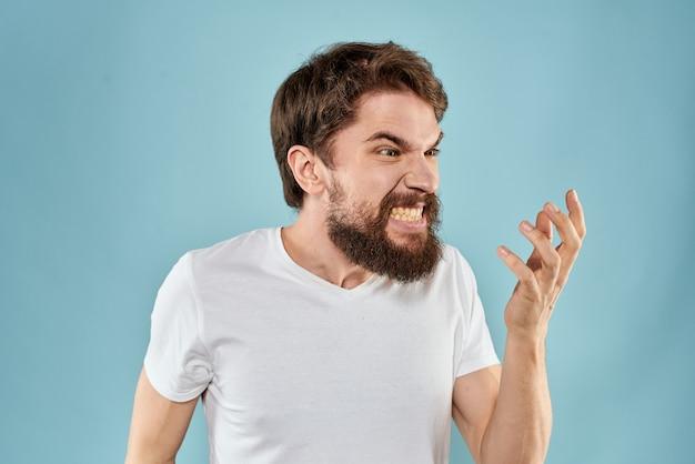 Злой сумасшедший бородатый молодой человек