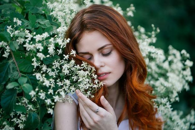 女性は自然、美を植える