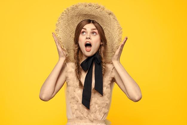 黄色の透明なドレスの少女のヴィンテージ人形の柔らかいイメージ