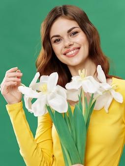 花、花の花束とポーズの女性、女性の日と春の美しい少女