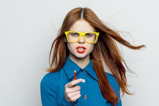 Женщина модель позирует в очках