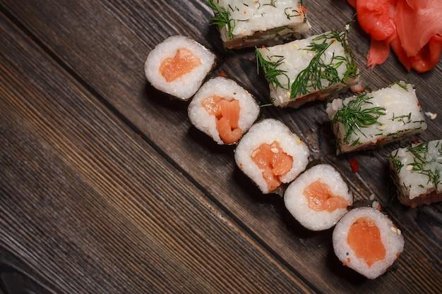 自家分離でアジア料理の寿司と検疫ロール、食品宅配