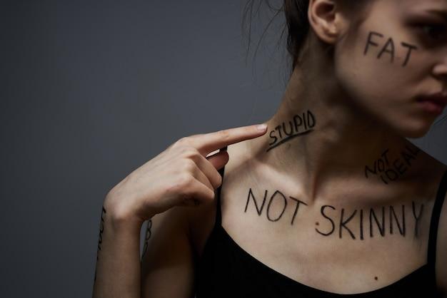 体の碑文、悪い言葉、抑うつ状態、孤独に対する侮辱を持つ若い薄い女性