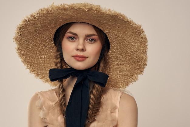 透明なドレスと帽子の少女のヴィンテージ人形の柔らかいイメージ