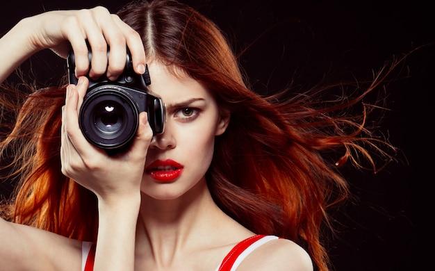 女性写真家スタジオ、美しい女性がカメラで写真を撮る
