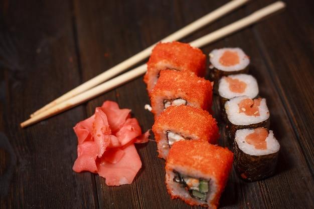 アジア料理の寿司と隔離された巻物