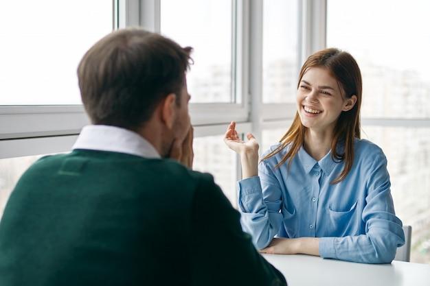 Мужчина и женщина сидят за столом, разговаривают, ссорятся друг с другом, настоящая ссора, домашние дела