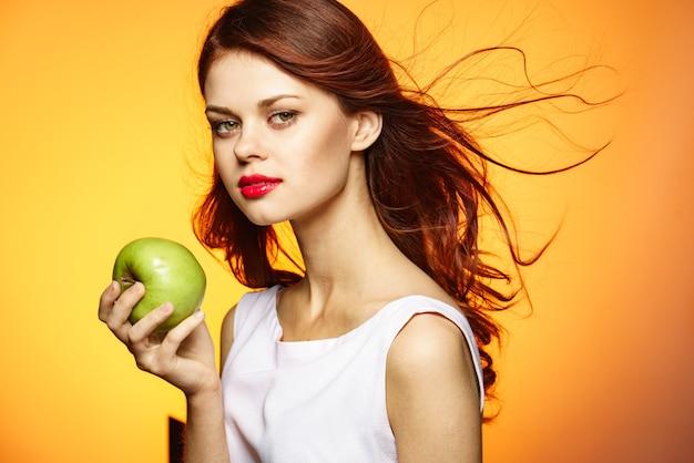 Женщина ест салат-студия