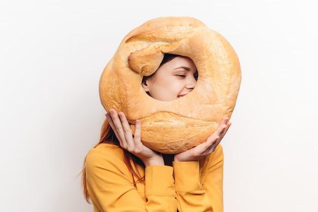 Женщина с хлебом, большой свежий хлеб