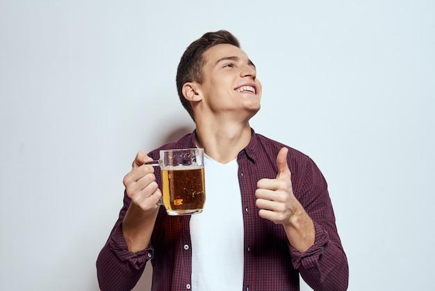彼の手でビールを持って幸せな男