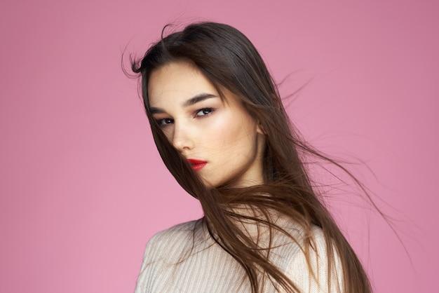 ピンクの唇に赤い口紅を持つ若い美しい女性