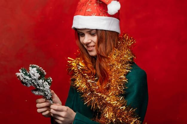Новогодняя женщина в новогоднем колпаке и мишуре, яркая