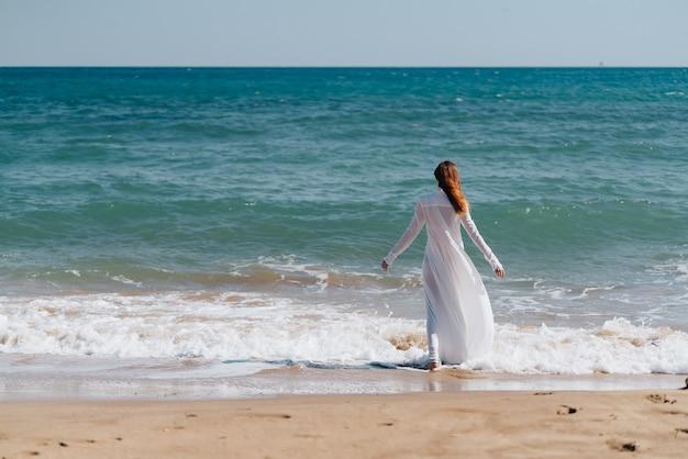 女性海海美しいドレス散歩自然