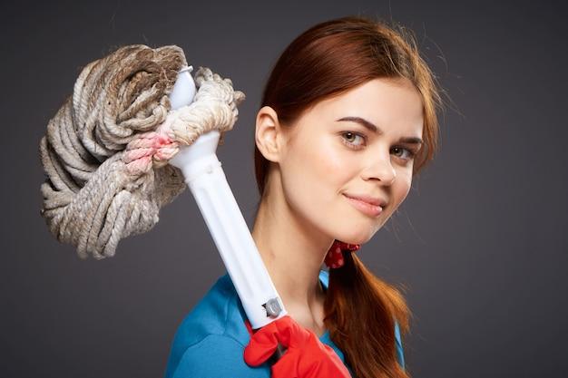 女の子はゴム手袋で掃除と消毒に従事しています