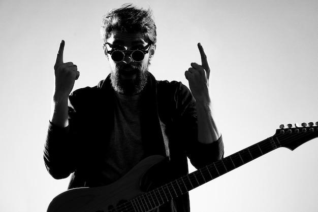 男はエレクトリックギター、黒と白の写真を演奏