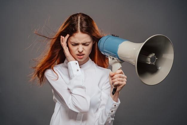 Женщина кричит сильно кричать