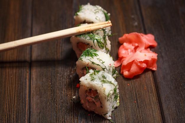 テーブルのアジア料理寿司