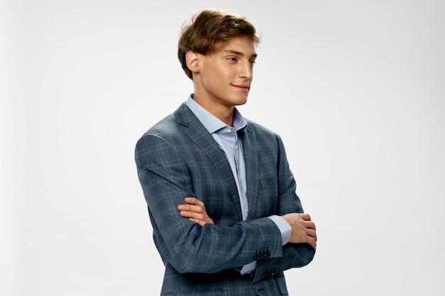 Красивый молодой мужской модели в стильном костюме позирует
