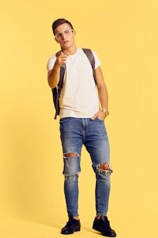 Мужская модель позирует в джинсах и белой футболке