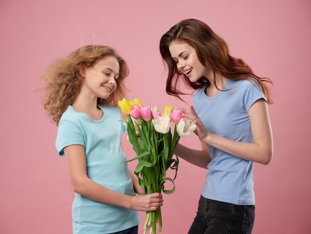 День матери, молодая женщина с ребенком позирует с цветами, подарок на день матери