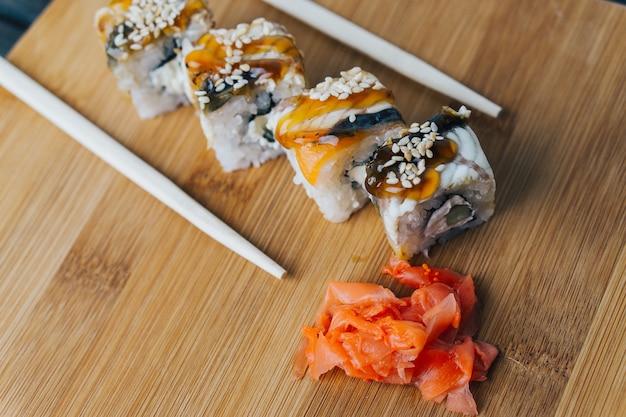 寿司とテーブルの上のロール、宅配