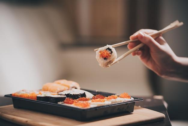 自家製の食品配達、寿司、ロール