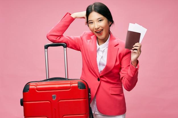 Азиатская женщина путешествует с чемоданом в руках, отпуск,