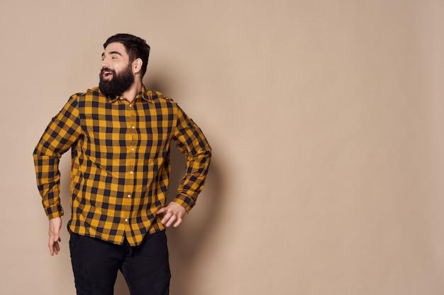 Человек с бородой позирует