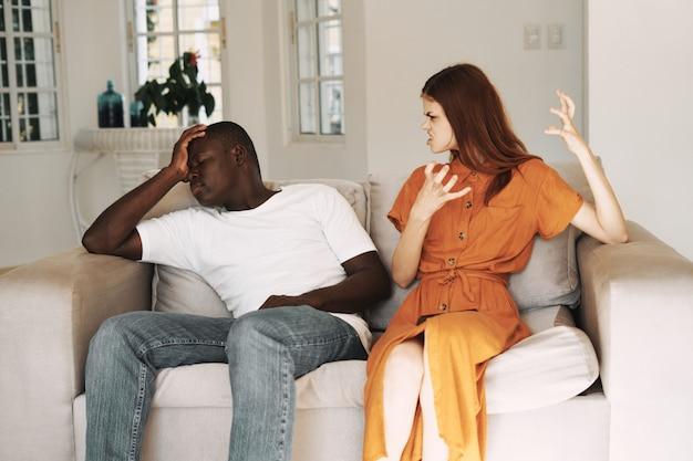 携帯電話、家族の口論とアフリカ系アメリカ人の男性と白人女性のカップル