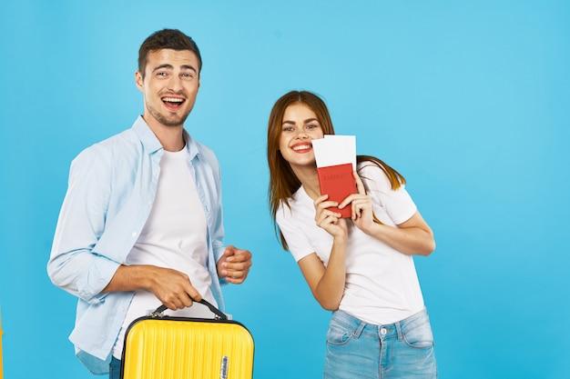 Мужчина и женщина путешественник с чемоданом
