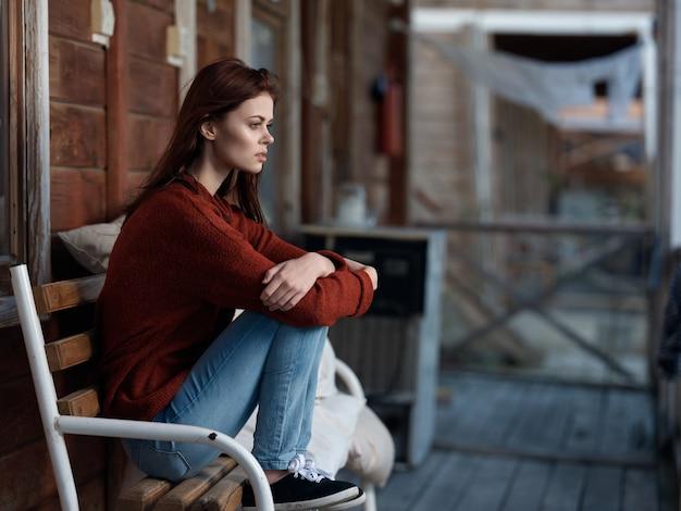 ファッション、自宅のベンチに座っている女性
